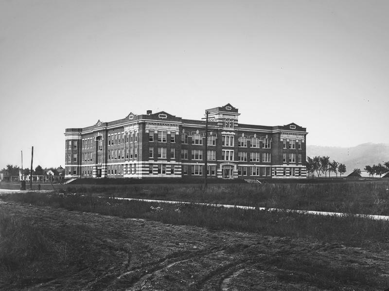 1912 UWL Graff Main Hall.jpg