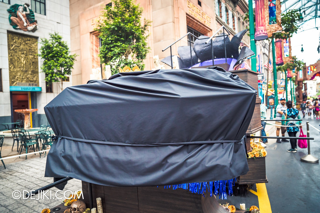 Universal Studios Singapore - Halloween Horror Nights 6 Before Dark Day Photo Report 2 - March of the Dead parade coffin