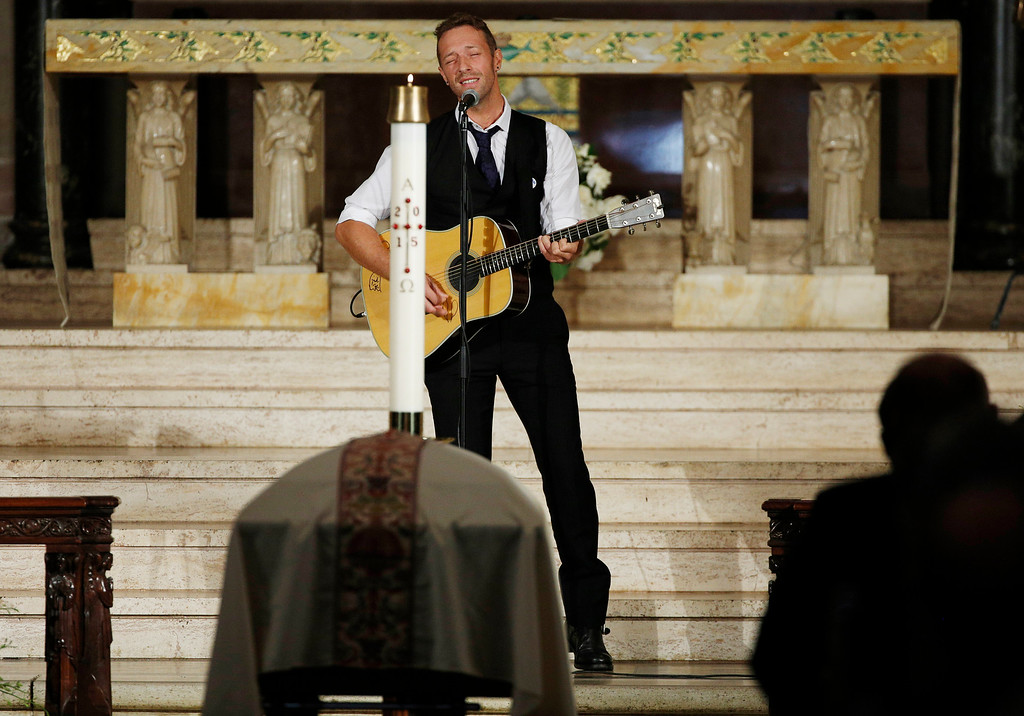 . Chris Martin of the band Coldplay sings during funeral services for Vice President Joe Biden\'s son, former Delaware Attorney General Beau Biden, Saturday, June 6, 2015, at St. Anthony of Padua Church in Wilmington, Del. Biden, (Kevin Lamarque/Pool Photo via AP)