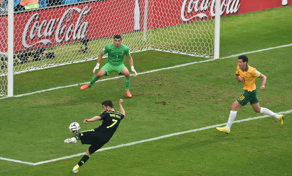 . Spain\'s forward David Villa (L) kicks the ball in front of Australia\'s goalkeeper Mathew Ryan (C) during a Group B football match between Australia and Spain at the Baixada Arena in Curitiba during the 2014 FIFA World Cup on June 23, 2014.  AFP PHOTO / LUIS  ACOSTA/AFP/Getty Images