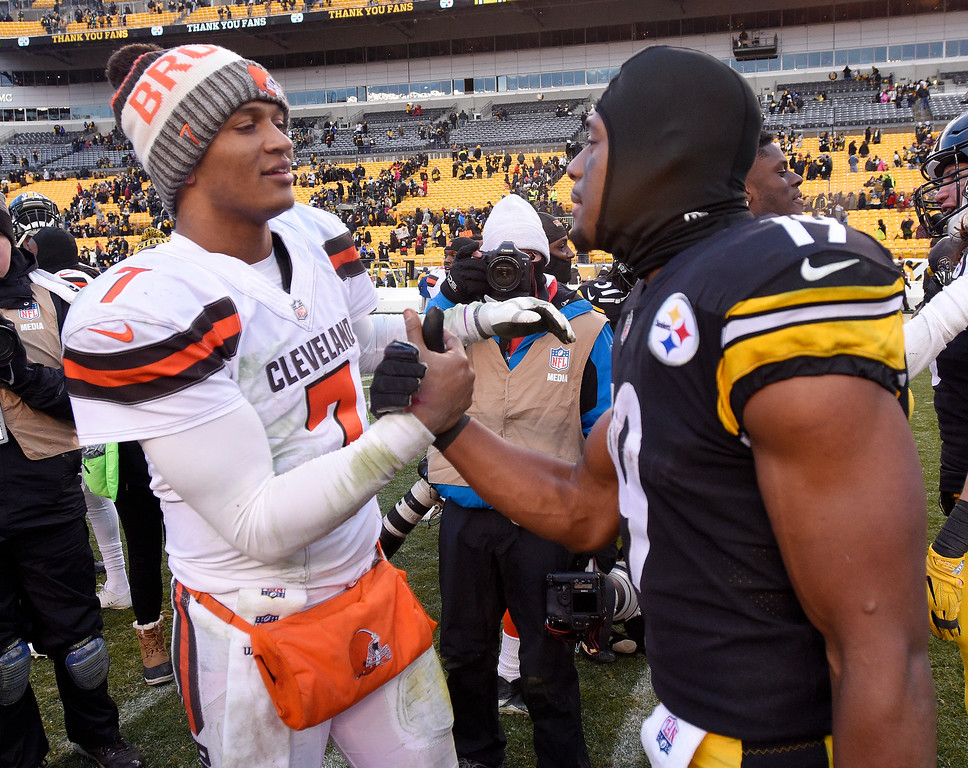 . Cleveland Browns quarterback DeShone Kizer (7) and Pittsburgh Steelers wide receiver JuJu Smith-Schuster (19) visit following an NFL football game in Pittsburgh, Sunday, Dec. 31, 2017. The Steelers won 28-24. (AP Photo/Don Wright)