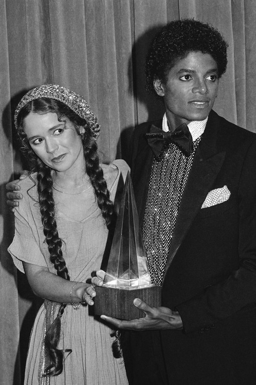 ". Presenter Nicolette Larson with Michael Jackson in Los Angeles, January 18, 1980 with one of the three awards he won including: Favorite Soul / R & B Male Artist, Favorite Soul / R & B Single - ""Don\'t stop \'Till You Get Enough\"", Favorite Soul / R & B Album - \""Off The Wall\"". (AP Photo)"