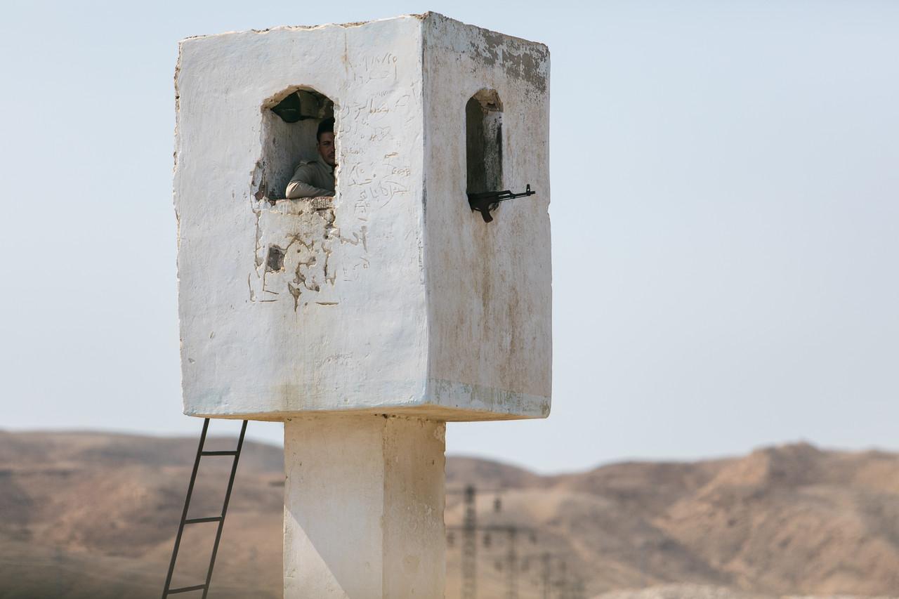 Egipt; PrzezOknoAutobusu; Safari; uzbrojony posterunek