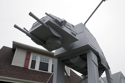 man-builds-2story-star-wars-vehicle-replica-for-halloween