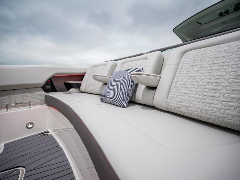 2020-SLX-R-400-e-Outboard-bow-seating-001.jpg