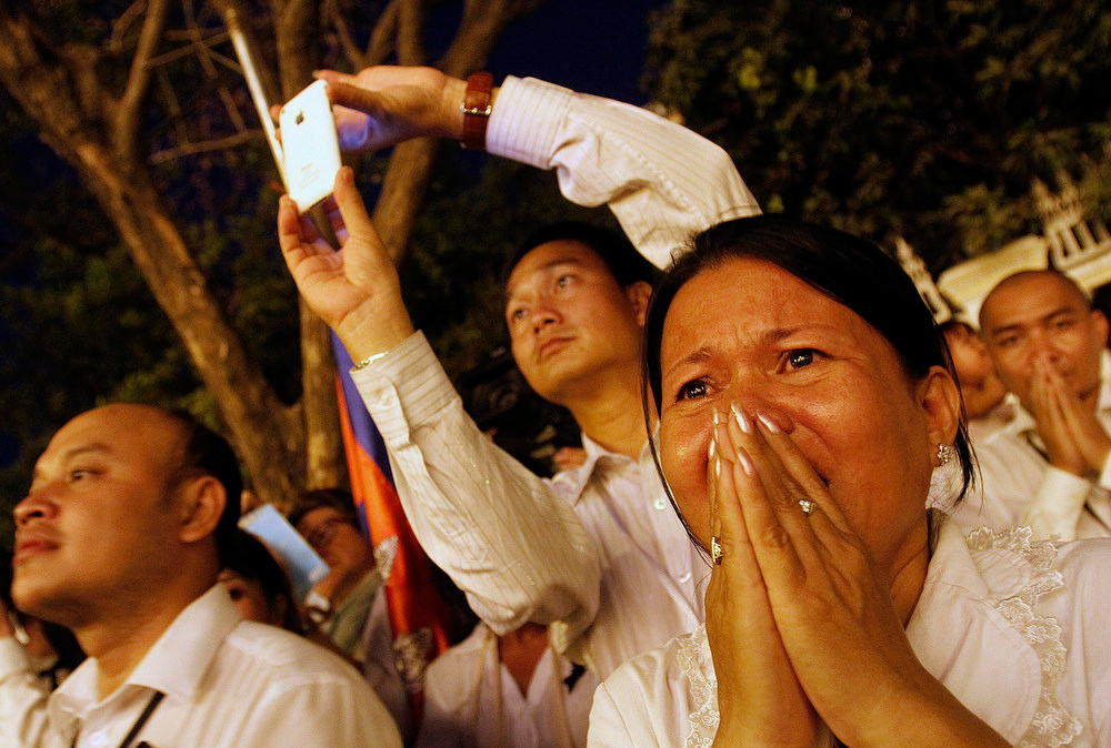. A woman cries during the cremation ceremony of Cambodia\'s late King Norodom Sihanouk in Phnom Penh February 4, 2013. Tens of thousands of Cambodians gathered on Monday to pay their last respects to former King Norodom Sihanouk, a quixotic and much-loved figure who reigned during the country\'s struggle for independence but was powerless to prevent decades of war. REUTERS/Samrang Pring