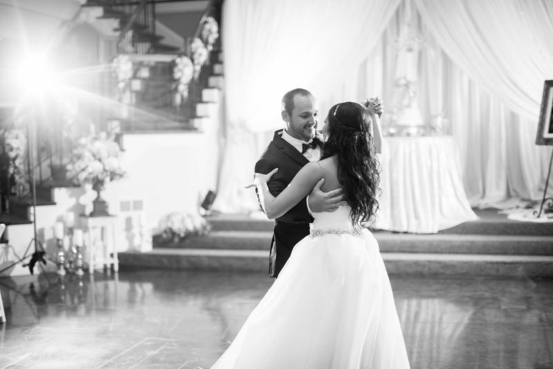0865_Josh+Lindsey_WeddingBW.jpg