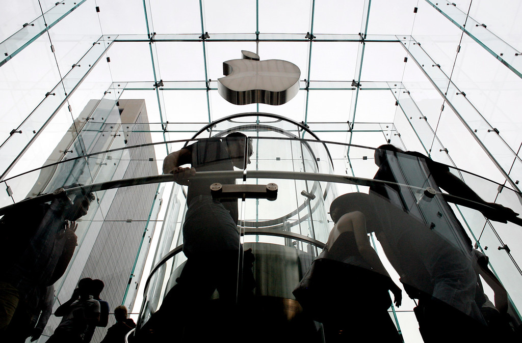 . Customers file in to purchase their new iPhones at the Apple Store, Friday, June 29, 2007 in New York.  (AP Photo/Jason DeCrow)
