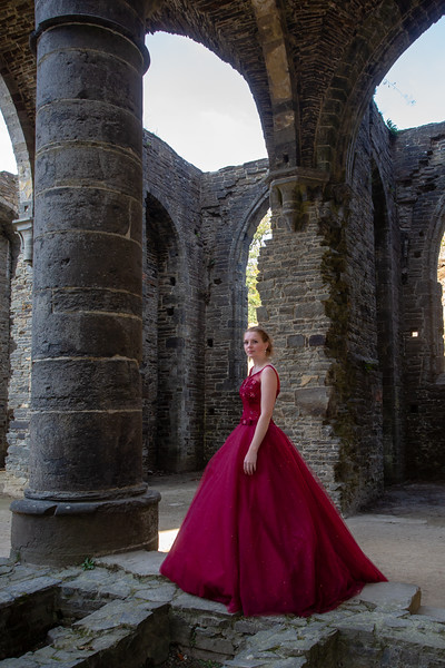 Michelle en Jagoda in de oude abdij van Ville la Ville (Belgie)