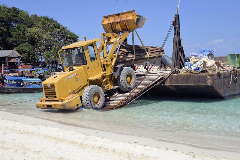 _DG17402-12R Unloading Barge.jpg