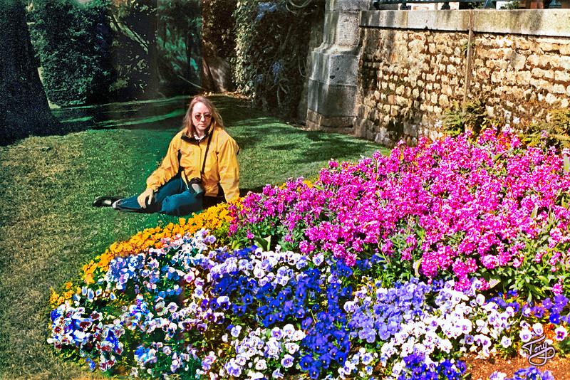 Avranches 2002 - Jardin des Plantes - Judy dans les Fleurs