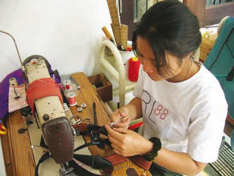 Vi leverer komplette bunader med mestergaranti. Mye av norsk bunadproduksjon skjer i utlandet. Det er stort sett bare monteringen som utføres av lokale forhandlere.