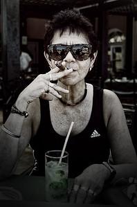 Chris Herft - Mujer con cigarro en la antigua Habana