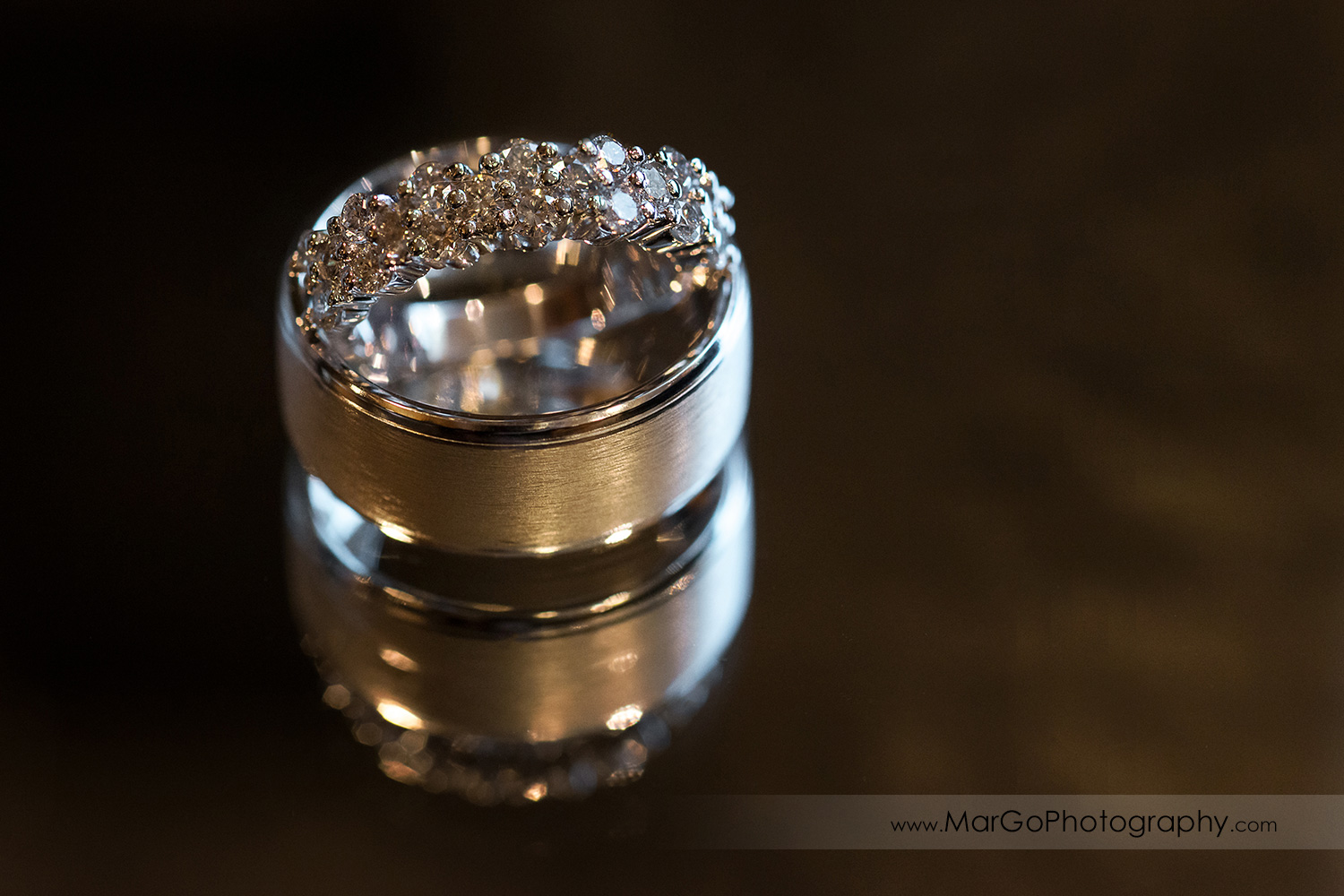wedding rings with the reflecion