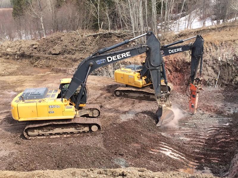 NPK GH7 hydraulic hammer on Deere excavator (10).jpg