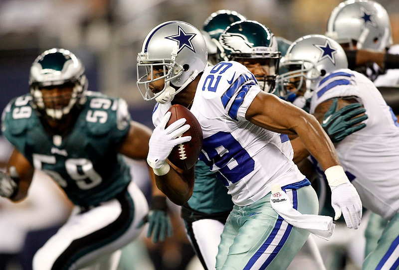 . Dallas Cowboys running back DeMarco Murray carries the ball against the Philadelphia Eagles in the first half of their NFL football game in Arlington, Texas December 2, 2012.  REUTERS/Mike Stone