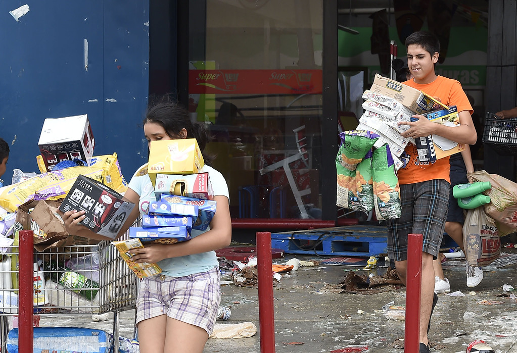 . People loot a supermarket in San Jose del Cabo, on September 15, 2014 after hurricane Odile knocked down trees and power lines in Mexico\'s Baja California peninsula. AFP PHOTO/RONALDO SCHEMIDT/AFP/Getty Images