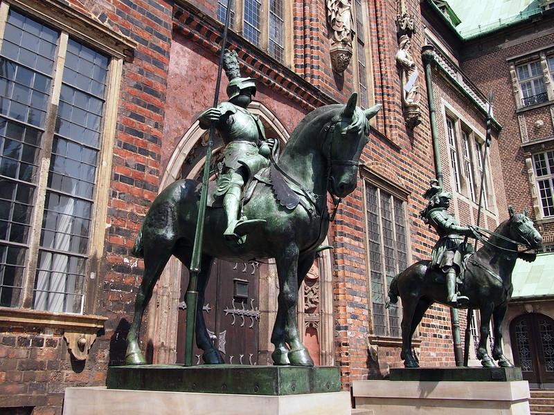 P7043176-altes-rathaus-guards.JPG