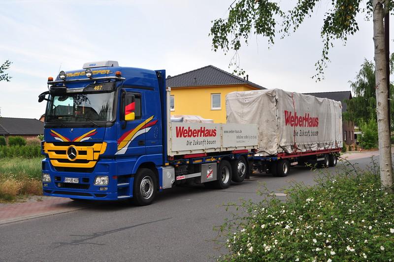 Der erste Laster, mit den Teilen für's Erdgeschoss parkte ganz in der Nähe-