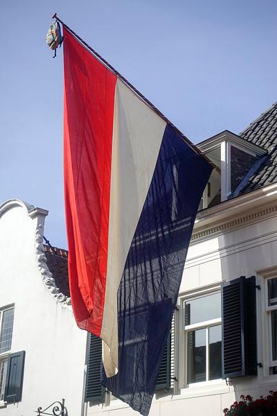 Nederland, Naarden, 14 juni 2017, reusachtig grote vlag met schooltas, foto: Katrien Mulder