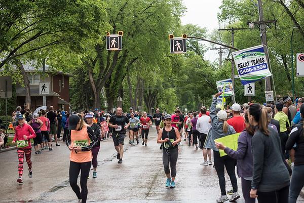 DAVID LIPNOWSKI / WINNIPEG FREE PRESS  Manitoba Marathon participants run on Wolseley Avenue Sunday June 18, 2017 in a relay exchange zone.