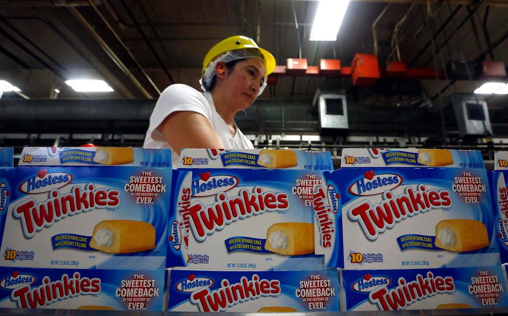 ". A worker boxes up ""Twinkies\"" at a plant in Schiller Park, Illinois, July 15, 2013. The Twinkie returned to production after the Hostess\'s snack cake brand was purchased earlier this year by buyout firms Apollo Global Management and Metropoulos & Co.  REUTERS/Jim Young"