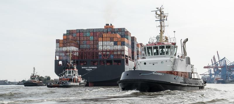 3 Schlepper und das Containerschiff von Hapag Lloyd vor dem Containerterminal Altenwerder