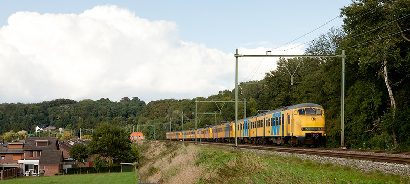 An unusual large lashup of 5 Plan Vs running northbound through Geulle.