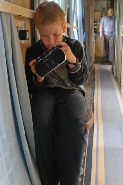 Der Strom im PSP ging zur Neige und im Abteil haben wir keinen Stromanschluss. Aus diesem Grund muss Richard auf dem Gang spielen.