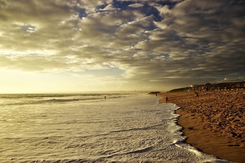 Pláž Galé, v dálce město Armacao de Pera