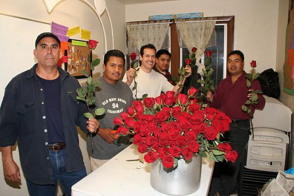 Prepararndo las flores para el día de las madres 2008