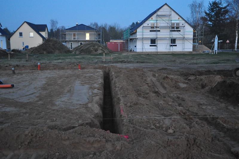 Ringsherum sind die Fundamentgräben ausgehoben.