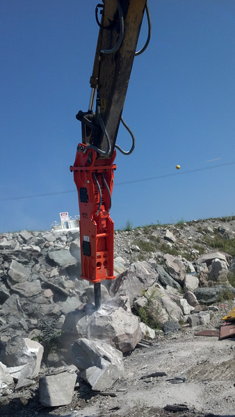 NPK GH15 hydraulic hammer on Cat excavator (16).jpg