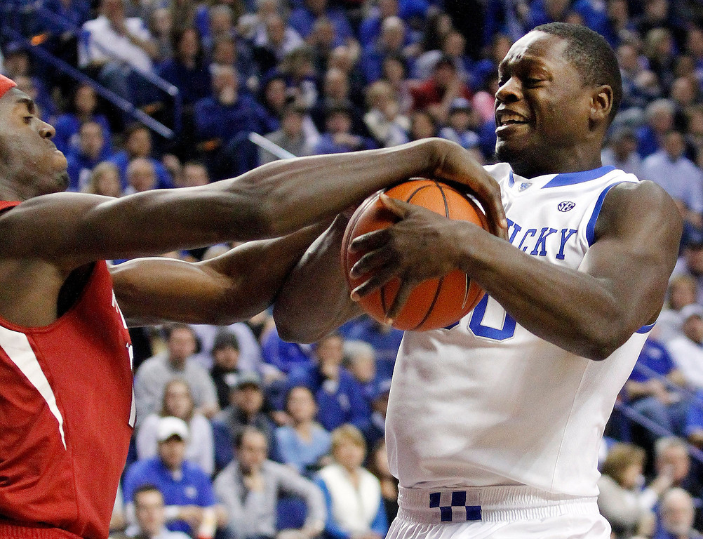 . Kentucky\'s Julius Randle, right, and Arkansas\' Bobby Portis try to get control of the ball during the first half of an NCAA college basketball game Thursday, Feb. 27, 2014, in Lexington, Ky. (AP Photo/James Crisp)