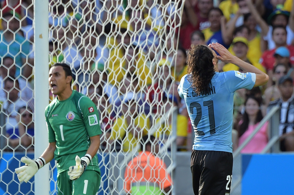 . Uruguay\'s forward Edinson Cavani (R) and Costa Rica\'s goalkeeper Keylor Navas gesture during a Group D football match between Uruguay and Costa Rica at the Castelao Stadium in Fortaleza during the 2014 FIFA World Cup on June 14, 2014. AFP PHOTO / GABRIEL BOUYS