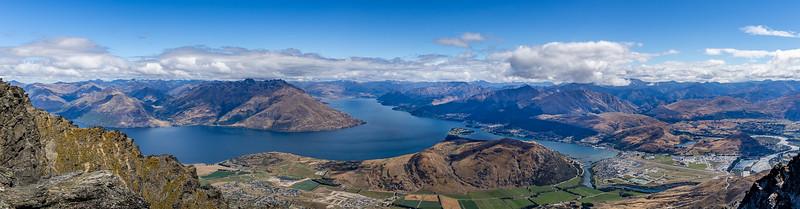 Blick vom «Shadow Basin Lookout» Richtung «Lake Wakatipu», halbrechts Queenstown, rechts Frankton mit Flugfeld