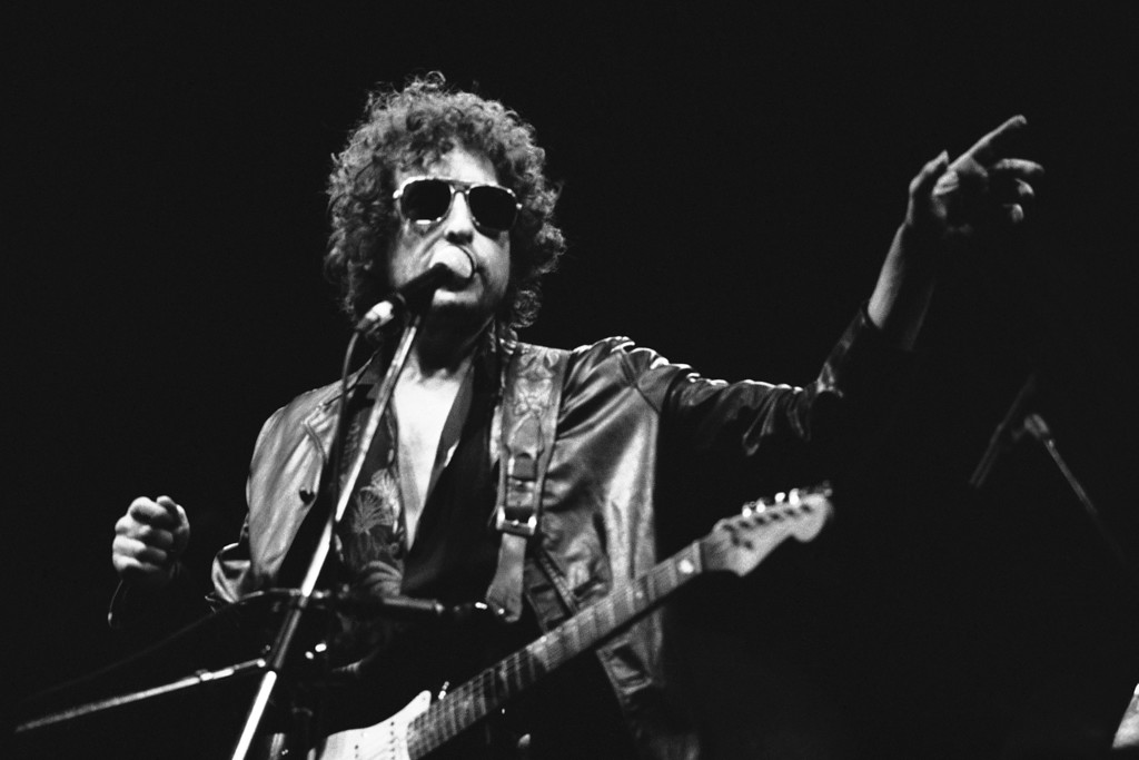 . American singer Bob Dylan gestures as he performs during his show on Tuesday, June 24, 1981 at the Colombes Olympic stadium, west of Paris, France in front of an estimated crowd of 40,000 fans. (AP Photo/Herve Merliac)
