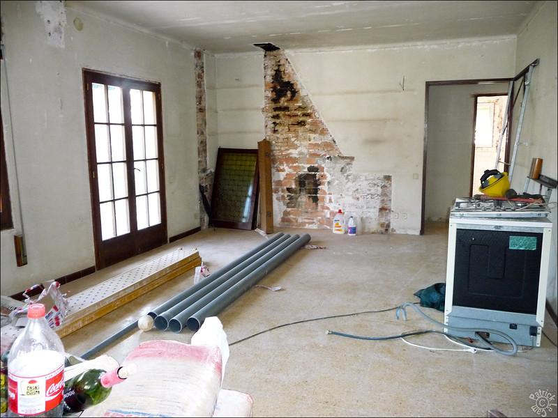 L'ancienne cheminée va devenir notre douche. On monte des séparations pour aménager un couloir + notre chambre + la sdb