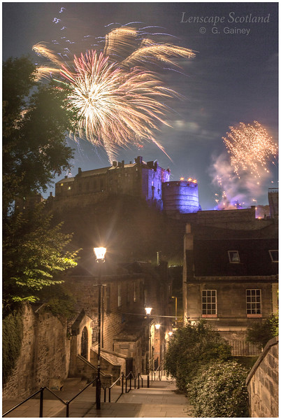 Fireworks over Edinburgh Castle from the Vennel (8)