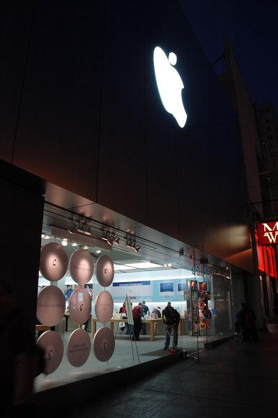 回到Market st.附近,這是舊金山著名的Apple Center,許多商品的首賣會都在此進行