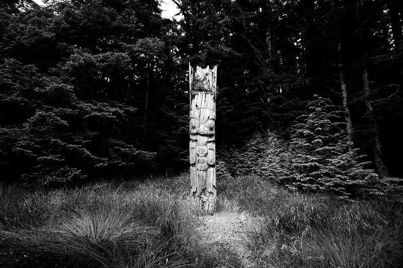 Memorial Pole at Ninstints Black and White.jpg