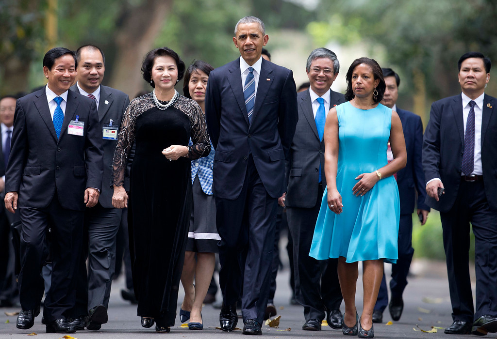 . U.S. President Barack Obama, center,  walks with chairwoman of the National Assembly Nguyen Thi Kim Ngan on the Presidential Palace compound in Hanoi, Vietnam, Monday, May 23, 2016. Second from right is National Security Advisor Susan Rice. President Obama started his first visit to Vietnam on Monday looking to bolster the government with trade opportunities and the possible lifting of an arms export embargo even as he pushes for better human rights from the one-party state.  (AP Photo/Carolyn Kaster)