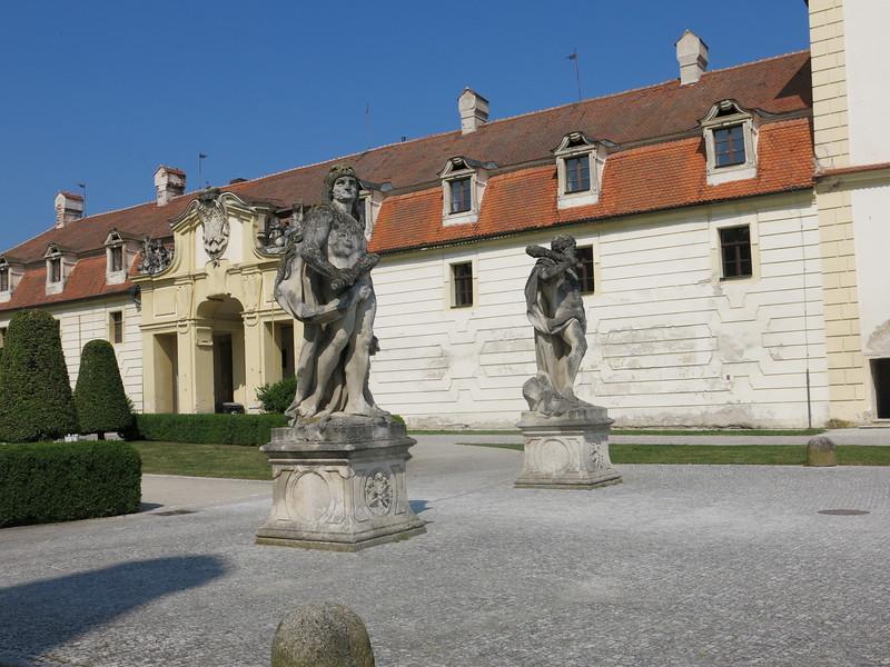 Statues @ Valtice castle