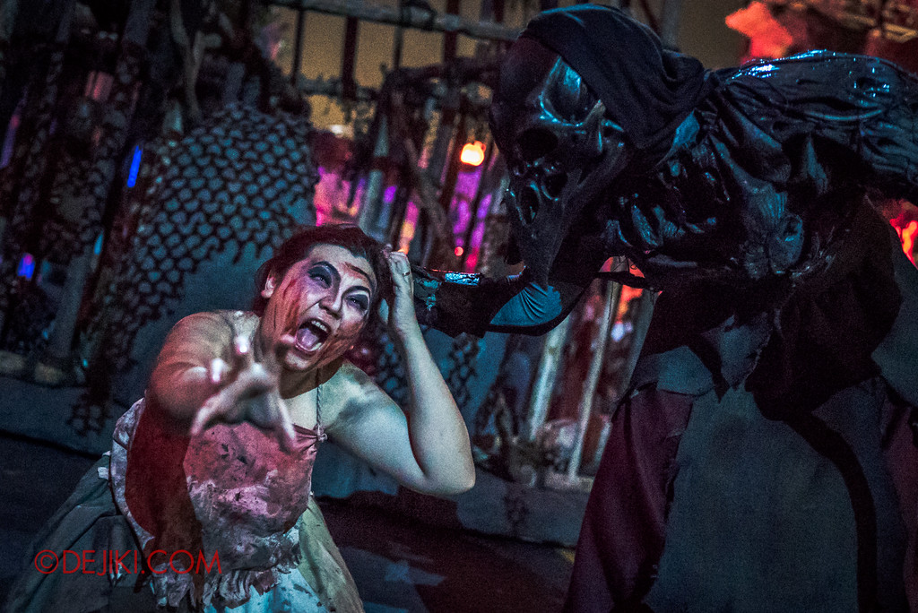 Halloween Horror Nights 7 - Pilgrimage of Sin / Cruelty cage Crow grabs Belle