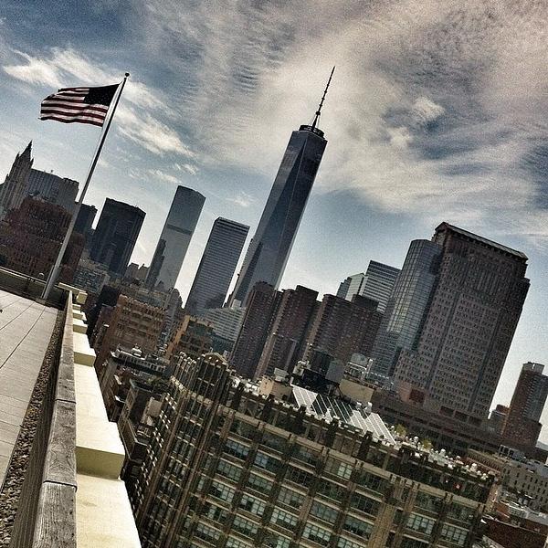 Out came the sun to dry up all the rain. #newyork #manhattan #worldtradecenter #flag #skyline
