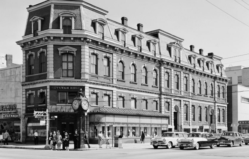 The Central National Bank at the intersection of Main Street and Hampton Avenue in 1960. Courtesy of the Library of Congress.