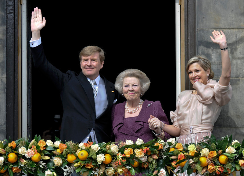 . Princess Beatrix of Netherlands (C), her son, Dutch King Willem-Alexander (L) and his wife Queen Maxima wave to the crowd from the balcony of the Royal Palace in Amsterdam April 30, 2013. The Netherlands is celebrating Queen\'s Day on Tuesday, which will also mark the abdication of Queen Beatrix and the investiture of her eldest son Willem-Alexander.           REUTERS/Paul Vreeker