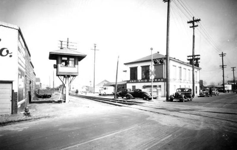 sp01958 - Kings Road RR Crossing - 1942.jpg