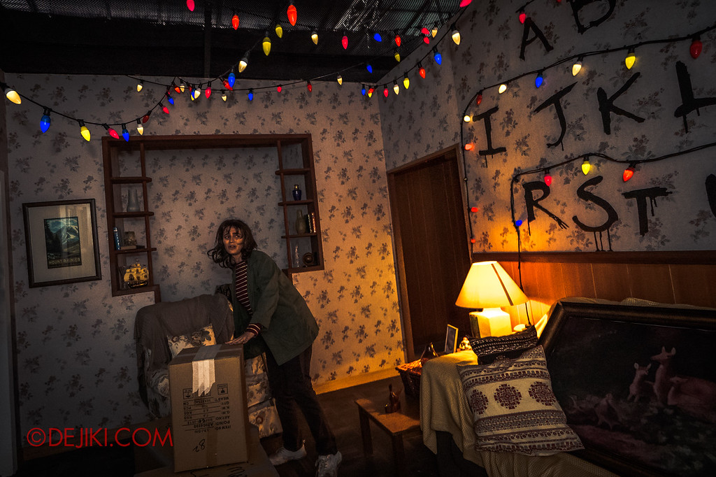 USS Halloween Horror Nights 8 Stranger Things haunted house maze - Joyce panicking in her living room