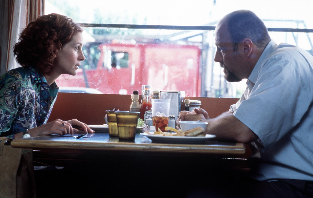 """. Actors Julia Roberts and James Gandolfini act in a scene in Dream Works Pictures \""""The Mexican\"""". (Photo by Merrick Morton/Dreamworks/Newsmakers)"""